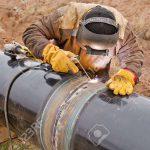 48961966-Montajes-Soldador-en-el-tronco-de-protecci-n-electroqu-mica-de-tuber-as-Foto-de-archivo